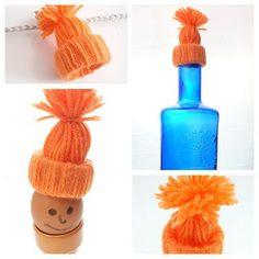 Mini bonnet de laine facile à faire avec des enfants avec : un rouleau de papier toilette et de la laine. Pas à pas étape par étape ici : https://creapause.fr/blog/pas-a-pas-de-loisirs-creatifs/diy-mini-bonnet-de-laine-deco
