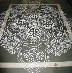 Would be great painted on concrete floor. Small Rangoli Design, Rangoli Designs Images, Beautiful Rangoli Designs, Ganesha Rangoli, Kolam Rangoli, Rangoli With Dots, Simple Rangoli, Kasuti Embroidery, Embroidery Patterns
