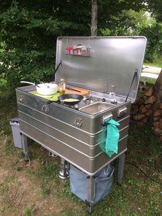 Aluminium bermkeuken met koelkist, 2-pits kookstel, spoelbak, kraan, 25 liter water en traploos instelbare poten.