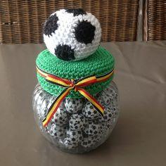 Indien Interesse in onderstaande creaties: - Mits kleine bijdrage kan je het patroon verkrijgen via e-mail to roex.nancy @ skynet.be - Kan ook op bestelling gemaakt worden (gelieve ruim op voorhand... Crochet Jar Covers, Crochet Home Decor, Ideas Para Fiestas, Bottles And Jars, Jar Lids, Crochet Baby, Projects To Try, Crochet Patterns, Crafty