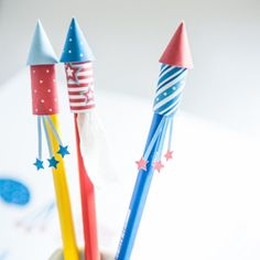 Printable Rocket Pencil Toppers Add some sparks to your desk with this free printable firework rocket pencil toppers. Pencil Topper Crafts, Pencil Crafts, Brit And Co Diy, Firework Rocket, Pen Toppers, Diwali Craft, Printable Paper, Free Printable, Thinking Day
