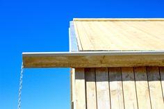 Attefallshus - www.sommarnojen.se #exterior #woodenpanel #attefallshus #modulhus #sommarhus #fritidhus #massivtträ #skandinaviskarkitektur #skandinaviskdesign #stuprör #avrinning