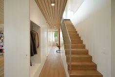 hanghaus architektur flur garderobe holztreppe