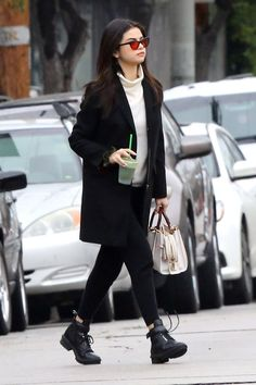 Selena Gomez Is Stepping Up Her Street Style Accessories Gam.-Selena Gomez Is Stepping Up Her Street Style Accessories Game - Selena Gomez Casual, Selena Gomez Fashion, Mode Selena Gomez, Selena Gomez Shoes, Selena Selena, Selena Gomez Glasses, Selena Gomez Nails, Selena Gomez Coach, Fall Outfits