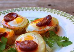 Bocadito de patata con huevo de codorniz y chorizo. Un aperitivo fácil que se elabora en poco tiempo.