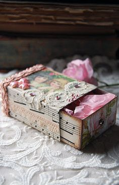 DIY::A little pink box! so cute for a birthday present if the gift is earrings, necklace, a sweet note!