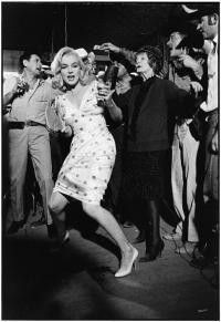 "Marilyn Monroe plays paddle ball on the set of ""The Misfits"" 1960 by Elliott Erwitt. Cinema Tv, Hollywood Cinema, Classic Hollywood, Old Hollywood, Hollywood Stars, Marilyn Monroe Diamonds, Rare Marilyn Monroe, Marilyn Monroe Photos, The Misfits"