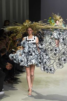 Summer ready with extreme straw hats. Everyone is always hating on flip-flops, but this season Viktor & Rolf brought them to the Haute Couture Paris runways. Haute Couture Paris, Spring Couture, Couture Week, Couture Looks, Style Couture, Couture Fashion, Runway Fashion, Fashion Week, Fashion Art
