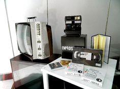 Antiguos televisores, cámaras Polaroid que pueden volver a usarse http://gnomo.eu/polaroid y cintas VHS que en realidad son libretas http://gnomo.eu/libreta-VHS