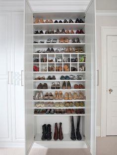 Uma sapateira com prateleiras de altura ajustáveis irá guardar com carinho desde as sapatilhas e rasteiras até as botas de cano alto.