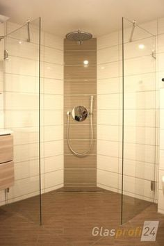 Zweiteilige Walk-In-Dusche für Spritzschutz Richtung Waschbecken und WC