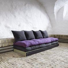 Chico está compuesto por dos colchones, dos tatamis y cuatro cojines que con pocos gestos se convierten en una cama cómoda y práctica. Diviértete combinándolo como más te gusta. Los futones normalmente se acolchan con una mezcla de algodón, poliéster y lana. A muchos de ellos se le añade una capa extra de espuma para mejorar su suavidad. Su tejido ha sido fabricado con el 70% de algodón y el 30% de poliéster. Los colchones futón se pueden limpiar con un cepillo duro. Altura tatami 5,5 cm…