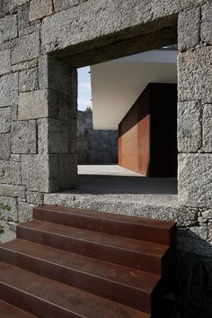 House in Taíde Bent Plate Corten Steel Stairs Stone Masonry, Brick And Stone, Architecture Résidentielle, Contemporary Architecture, Exterior Design, Interior And Exterior, Modern Stairs, Stone Houses, Architectural Elements