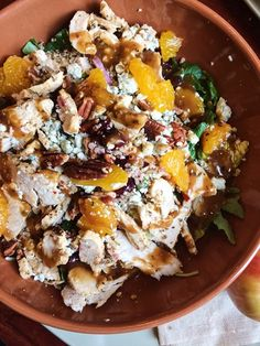 Blandsalad, quinoa, rödbetor, clementiner, pecanötter, kyckling, gorgonzola ost och en balsamico dressing. Mumsigt!