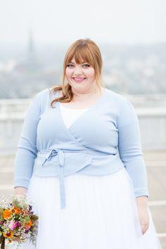 Heute möchte ich dir mein Plus Size Braut-Outfit zeigen: Kein Hochzeitskleid, sondern ein Tüllrock, ein hellblaues Jäckchen und pinkfarbene Pumps!