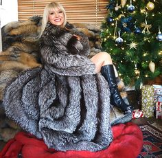 "94 Likes, 1 Comments - Miss Larissa (@misslarissafox) on Instagram: ""HAPPY NEW YEAR! https://ebay.co.uk/usr/misslarissa2010 #fur #fashion #fox #misslarissafur"""