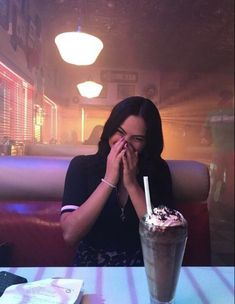 Veronica Lodge in Pop's, Cami Mendes photo rare of Riverdale Riverdale Veronica, Riverdale Archie, Riverdale Funny, Riverdale Memes, Riverdale Cast, Vanessa Morgan, Betty Cooper, Archie Comics, Camila Mendes Veronica Lodge