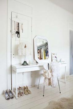 No hace faltan grandes armarios teniendo un espacio tan inspirador como éste. ¿La clave? Ganchos de pared para colgar percheras de accesorios o prendas y una cómoda estrecha en la que poder instalar un coqueto tocador.