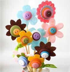 flores de feltro e botões
