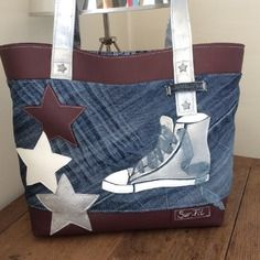 "Sac ""starkets "" en jean et simili Sacs Tote Bags, Tote Purse, Denim Crafts, Upcycled Crafts, Creative Bag, Diy Bags Purses, Handmade Purses, Recycled Denim, Denim Bag"