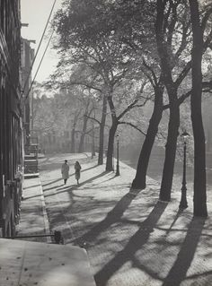 """ Couple in backlighting "" Amsterdam, about 1952-1957. photo: Kees Scherer"