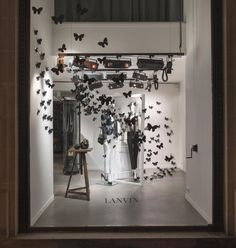 Lanvin : Les vitrines Lanvin de la rue du Faubourg Saint Honoré, décorées de…
