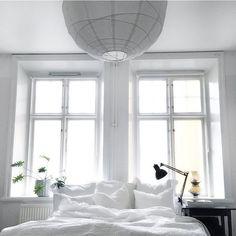 Den som söker hon finner. Letat efter stor basic rislampa till sovrummet för evigt. Plötsligt händer det. För ynka 50 bagare dessutom. Yay✔️ #home#bedroom#interior#simplicity#ricelamp#fargformsweden