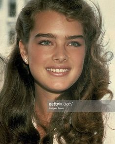Brooke Shields shot to fame in films such as Pretty Baby and Blue Lagoon. Take a look at the American model and actress at work. Brooke Shields Jovem, Brooke Shields Young, Beautiful Celebrities, Beautiful Actresses, Beautiful Women, Brooke Shields Michael Jackson, 1990 Style, Vaquera Sexy, Brown Blonde Hair