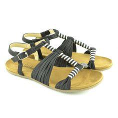 #Sandalias planas fabricadas con materiales sintéticos con acabados de tejido efecto cuero, herrajes en tonos dorados y pulsera tobillera con hebilla regulable para facilitar el calce de la marca MUSTANG.