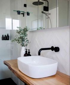 Feel amazed by discovering the best bathroom decor design here! | www.delightfull.eu | Visit for inspirations about: bathroom inspiration, bathroom decor ideas, bathroom remodel, bathroom inspiration decor, bathroom inspiration modern, mid-century bathroom, mid-century home décor, modern interior design, interior design, design trends, bathroom inspiration, mid-century modern lighting, mid-century lamps