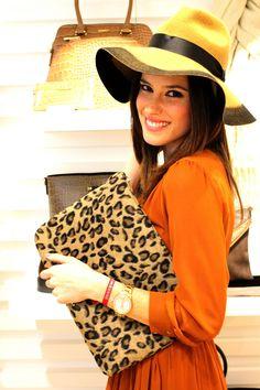 La preciosa Alessandra Martín, embajadora de la marca, posaba así de sonriente con su sobre de leopardo Bissú en la presentación de la #newcollection O/I 15-16 que celebramos en Gran de Gracia el pasado 1 de octubre #fashion #bissubags #moda #outfit #alessandramartin #nuevacoleccion #accesorios #tendencia #chic #trendy #sobresdemano #leopardo