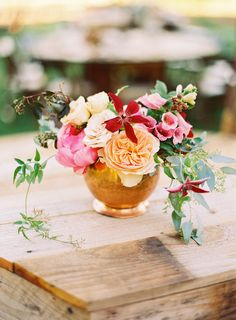 Perfect spring color palette, looks really pretty with the gold/bronze vase too! We would love something close to this for bouquets and table arrangements.