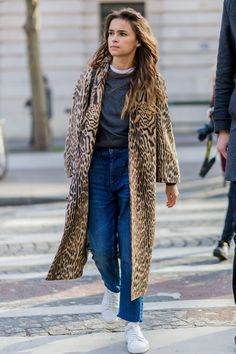 Miroslava Duma wearing a coat with leopard print denim jeans and white sneakers outside Balmain during the Paris Fashion Week Womenswear Fall/Winter. Fashion Week Paris, Street Fashion, Look Street Style, Street Style Looks, Street Styles, Miroslava Duma, Couture Mode, Couture Fashion, Dame Chic