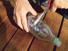 Zum Dachrinne reinigen nehmen Sie einfach eine halbe Plastikflasche zur Hilfe. Die ist das perfekte Kehrblech für die Rinne und fängt Laub auf