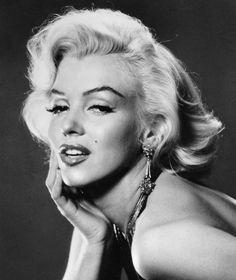 Marilyn Monroe hair tutorial using wet rollers, no heat required.