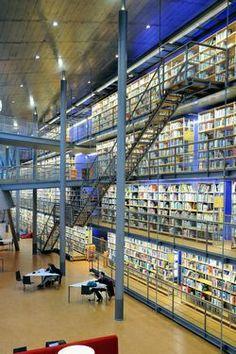 Boekenwand in de centrale hal