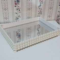 Bandeja para kit de higiene. Wedding Gift Wrapping, House Of Beauty, Shabby Chic Crafts, Hacks Diy, Bottle Crafts, Diy Home Decor, Diy And Crafts, Projects To Try, Decorative Boxes