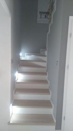 Wnętrza, Przedpokój i schody - Mały wiatrołap 2 m na m i wąska klatka schodowa Traditional Staircase, Modern Staircase, Staircase Design, Loft Stairs, House Stairs, Stairs Skirting, Stair Renovation, Stairway Decorating, Flooring For Stairs