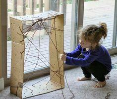Maak een heel mooi huisje voor je zelfgemaakte spin! Deze oefening is ook door het rijgen van het web, erg goed voor de motoriek! Maak gaatjes in zijkanten van een doos (onder en bovenkant eraf geknipt). Laat het kind nu met wol van het ene naar het andere gaatje rijgen. Het kind kan het web zo naar eigen zin maken.  Heel veel plezier!