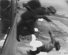 1940, Pays Bas, Des parachutistes allemands (Fallschirmjäger) sautent d'un avion de transport Ju-52 lors de l'invasion.