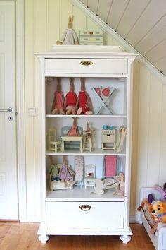 Maileg Häschen und Puppenmöbel in einem alten Schrank . Shabby Chic . Kinderzimmer . Puppenhaus
