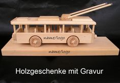 Obus mit Holzstandfuß http://www.soly-holzspielzeug.de/alle-holzspielzeug/geschenk-mit-sockel-und-gravur/