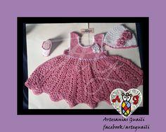 Traje tejido rosa Viejo, gorro y botines con perlas en todo su alrededor!  www.facebook.com/arteguaili