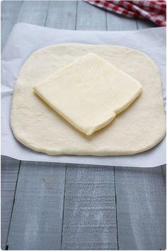Tous les conseils pour réussir la pâte levée feuilletée et savoir façonner des croissants et des pains au chocolat. Tout ça en images ! Croissants, How To Make Bread, Bread Making, Cooking Chef, Ravioli, Flan, Macarons, Biscuits, Pudding