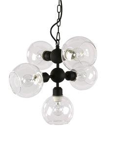 En Taklampa i snygg design med plats för 5 st glödlampor med E27 sockel. Ger rummet ett härligt ljus.   Färg: Svart Mått: 38 x Höjd 44 cm  Material: Metall,  Max 5x60 W  Sockel: E27   Obs! Glödlampor ingår ej i priset