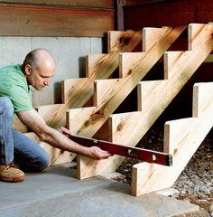 Gartentreppe aus Holz selber-bauen-anleitung-wasserwaage-nivellieren