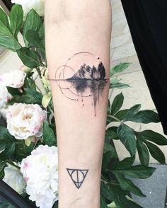 Tatouage paysage, montagne, forêt, arbres, lac, cercles, bras, encre noire. + Reliques de la mort, Harry Potter, poignet