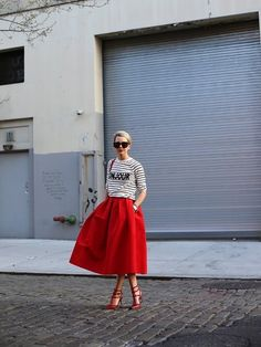 Look Feminine With Women's Skirts. The ever cute and feminine women's skirts have been topping the list of favored outfits of ladies all over the world for ages. Skirt Outfits, Cute Outfits, Red Outfits, Look Fashion, Womens Fashion, Fashion Trends, Estilo Retro, Red Skirts, Full Skirts