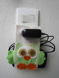 Suporte para carregar celular em feltro com uma coruja costurada à mão. R$ 10,00