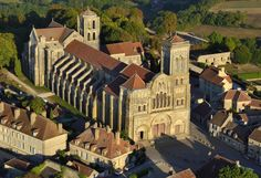 Basilique de Vézelay  EN IMAGES. Les 39 sites français classés au patrimoine mondial de l'Unesco Architecture Romane, Romanesque Architecture, Beaux Villages, France Europe, Future Travel, Monuments, The Good Place, Unesco, Culture